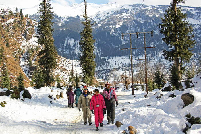 people-walking-on-snow-in-middle-of-a-forest-manali-mounty.co